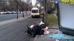 Cuatro heridos tras chocar un motorista contra una marquesina en