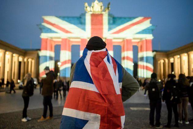 Vista de la Puerta de Brandeburgo iluminada con los colores de la bandera del Reino