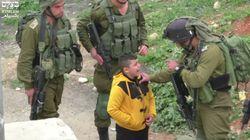 Un niño palestino de 8 años, llevado por soldados israelíes de casa en casa para delatar a quien tira piedras