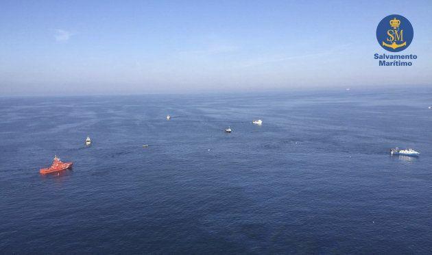 Fotografía facilitada por Salvamento Marítimo captadas desde el helicóptero Helimer 205, de las labores...