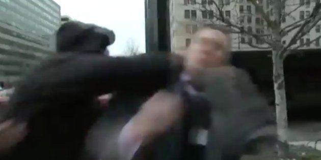 Richard Spencer, líder de los supremacistas blancos, agredido en las marchas anti