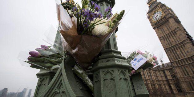 Flores para las víctimas del atentado de Londres, entre las que se puede