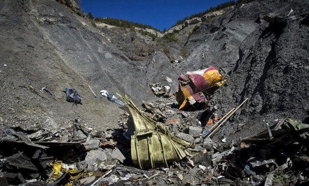 Los restos del avión, en mitad de los Alpes, fotografiados por los equipos de