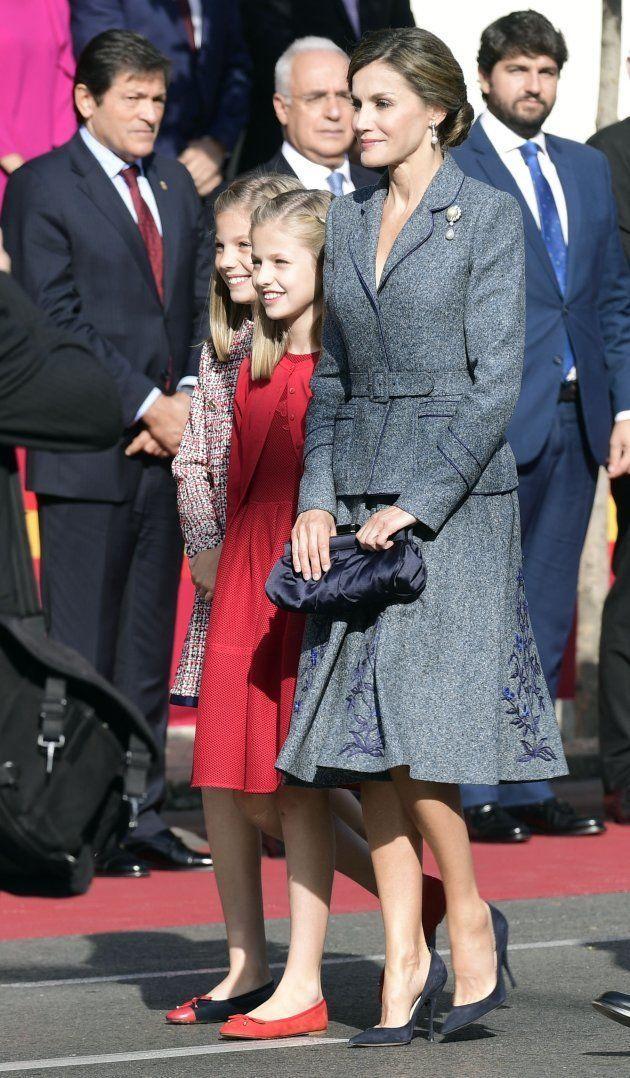 dd074e406d7 La reina Letizia apuesta por la sencillez y la elegancia en el desfile de la