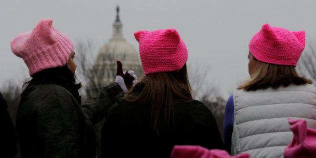 ¿Por qué las mujeres llevan estos gorros en la marcha