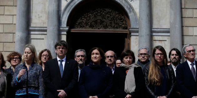 El presidente catalán, Carles Puigdemont, y Alda Colau, alcaldesa de Barcelona, durante el minuto de...