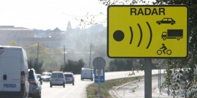Aviso de un radar en una carretera