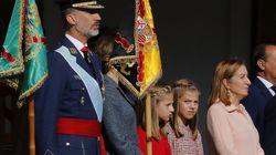 Miles de personas arropan el desfile del 12 de octubre con la bandera de España en pleno conflicto con