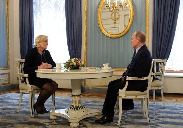 La candidata ultranacionalista a la presidencia de Francia, Marine Le Pen (i), se reúne con el presidente...