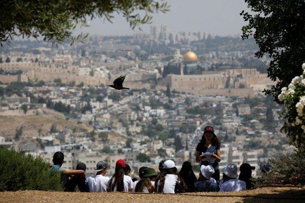 Un grupo de estudiantes divisa Jerusalén desde un mirador del barrio de