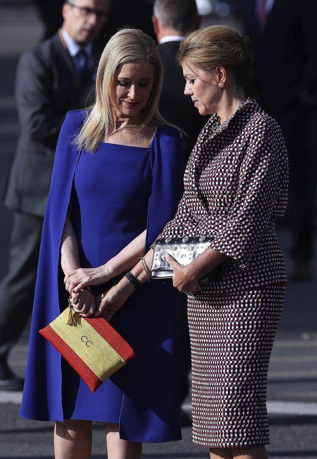 La presidenta de la Comunidad de Madrid, Cristina Cifuentes (i), conversa con la ministra de Defensa,...