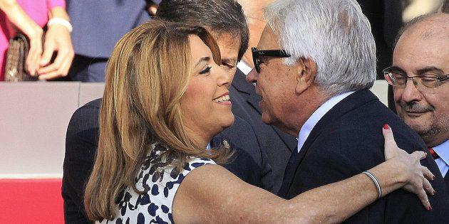 La presidenta de la Junta de Andalucía, Susana Díaz, saluda efusivamente al expresidente del Gobierno...