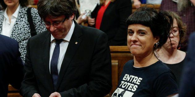 Carles Puigdemont junto a Anna Gabriel, líder de