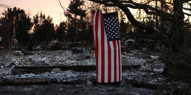 Una bandera americana cuelga de la rama de un árbol calcinado en Santa Rosa, California, ayer