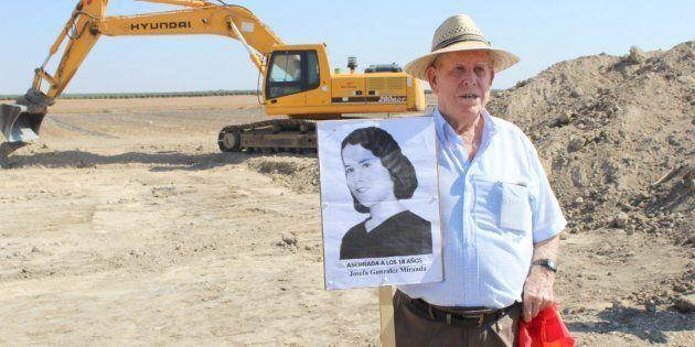 Pablo Caballero, de 87 años, sostiene el retrato de su tía Josefa, una de las víctimas, que contaba 18...