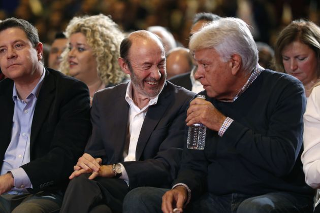 GRA073. MADRID, 26/03/2017.- El expresidente del Gobierno Felipe González (d), y el exsecretario general...