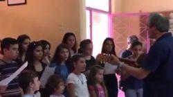 Una escuela griega recibe a niños refugiados cantándoles 'L'Estaca' de Lluís