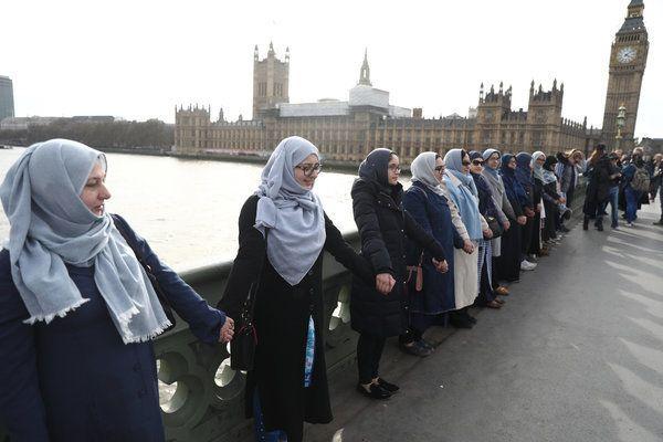 Las musulmanas se concentran en el puente de Londres para condenar el