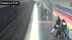 Un policía nacional fuera de servicio rescata a un hombre que cayó a las vías del