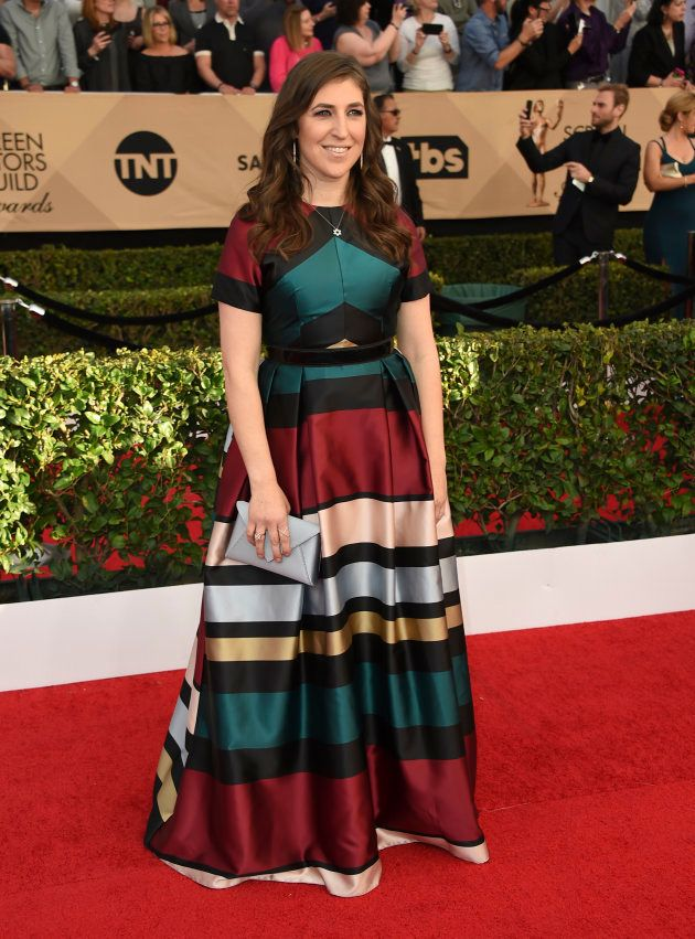 Mayim Bialik durante la alfombra roja en los Screen Actors Guild