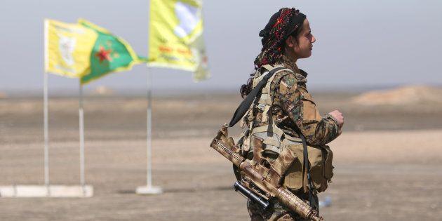 Una miliciana del Fuerzas de Siria Democrática (FSD), en la zona este de Raqqa, arrebatada ahora al