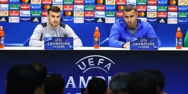 El entrenador del Qarabag FK, Kurban Kurbanov, con el jugador, Kara