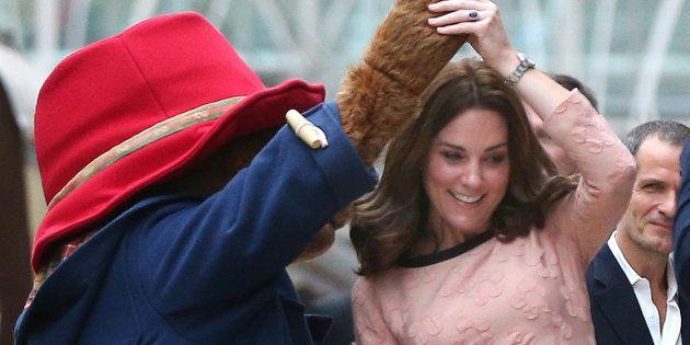 Kate de Cambridge baila con el oso Paddington en la estación londinense del mismo nombre, el 16 de octubre...