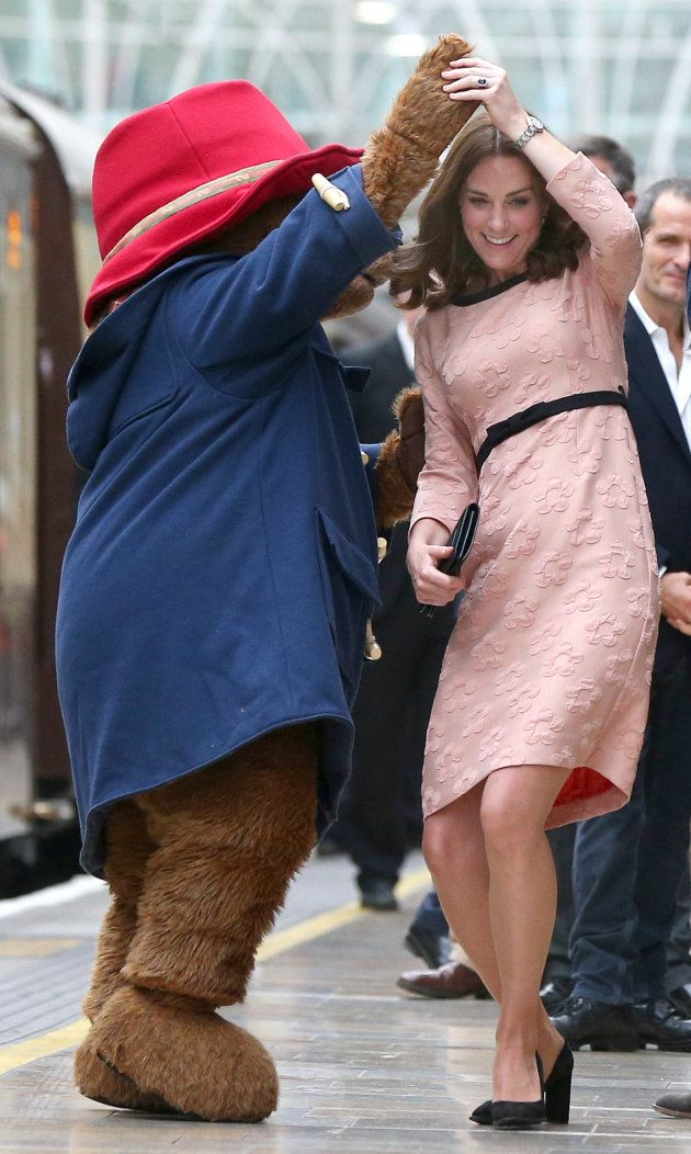 Kate y Paddington bailan en