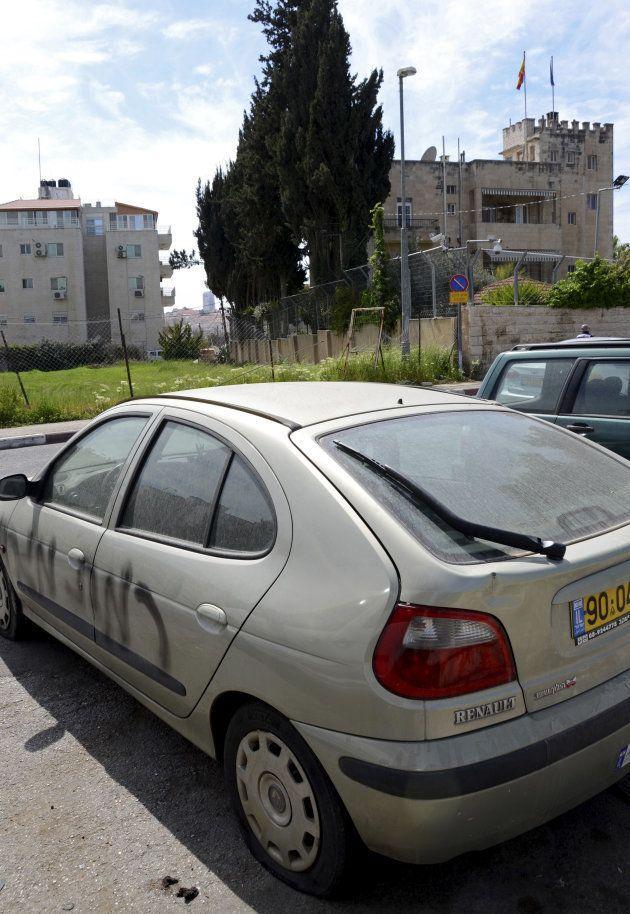 Uno de los coches que aparecieron con pintadas ante el Consulado español en
