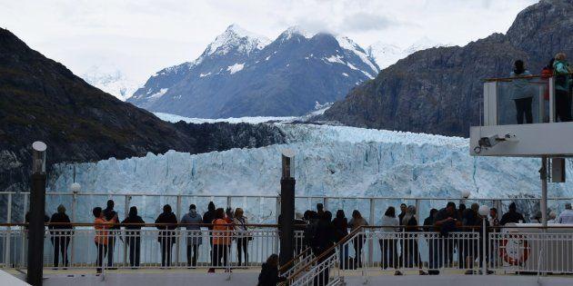 Cubierta del barco Norwegian Pearl (NCL) con los pasajeros viendo el Glaciar Margarita a unos metros...