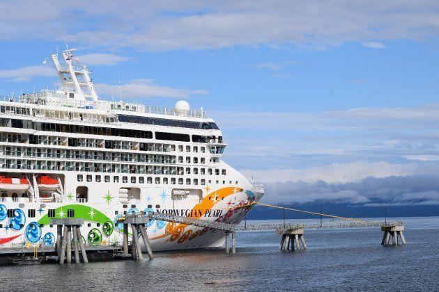 Barco atracado en las cercanías al Puerto de Icy Strait Point (Alaska). Un pequeño muelle da acceso a...
