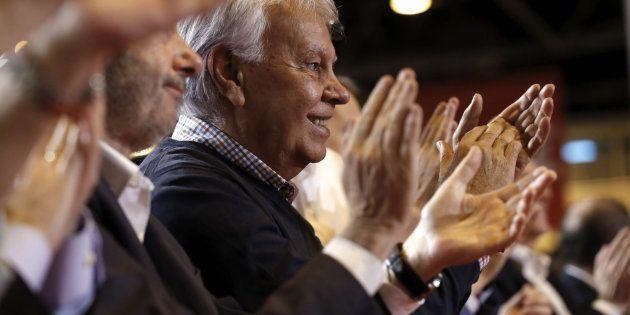 El ex presidente del Gobierno, Felipe González (d) aplaude durante la intervención de la presidenta de...