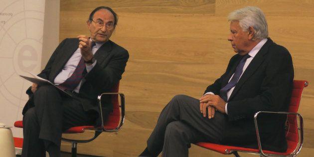 El expresidente del Gobierno, Felipe González (d), y el presidente del Real Instituto Elcano, Emilio...