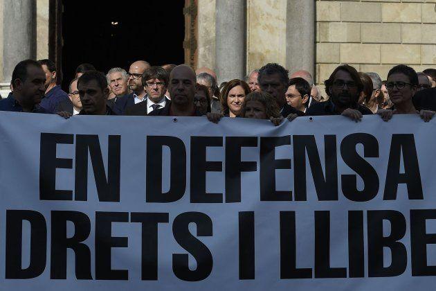 El presidente de la Generalitat, Carles Puigdemont (4i), y la alcandesa de Barcelona, Ada Colau (4d),...
