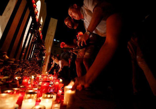 La gente enciende velas en la vigilia en memoria de la periodista
