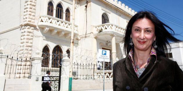 La bloguera Daphne Caruana Galizia frente a la embajada de Libia en La