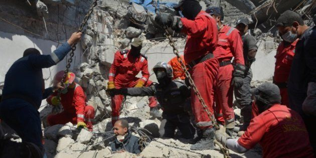 Bomberos iraquíes buscan cuerpos entre los escombros de una casa de Mosul, tras un