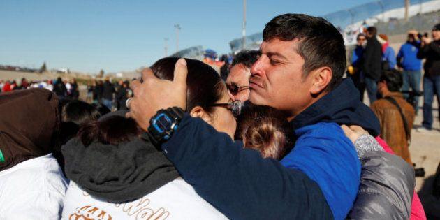 Cientos de familias se abrazan en la frontera EEUU-México contra