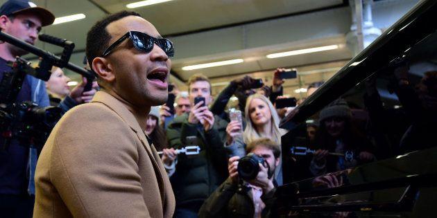 John Legend durante su actuación sorpresa en el metro de