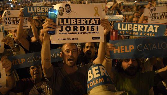 Miles de personas se concentran en Barcelona para pedir la liberación de Jordi Sánchez y Jordi
