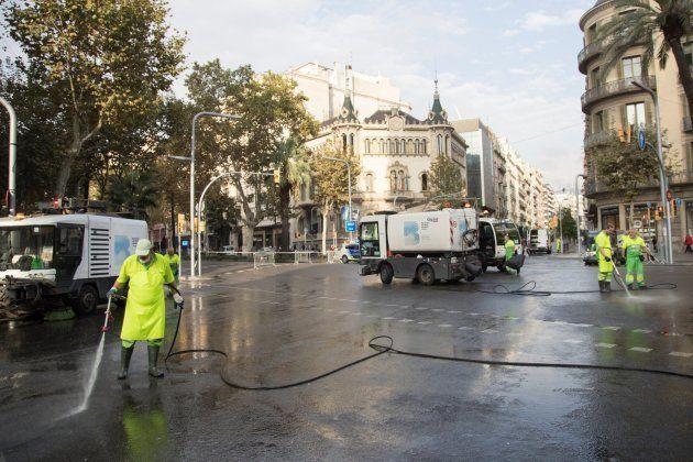 Operarios de limpieza trabajan en la avenida Diagonal, en una de las zonas que la Guardia Urbana ha cortado...