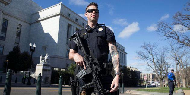 Un policía monta guardia fuera del edificio Rayburn House Office Building tras un incidente en el Capitolio...