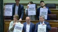 Los diputados de Unidos Podemos se levantan exigiendo la libertad de los Jordis con