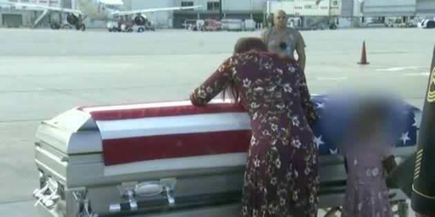 La viuda del sargento David Johnson llora sobre su