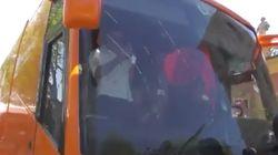 VÍDEO: El autobús tránsfobo de Hazte Oír, recibido a pedradas en
