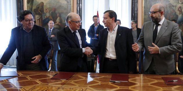 El ministro de Hacienda y Función Pública, Cristóbal Montoro (segundo por la izquierda), tras la firma...