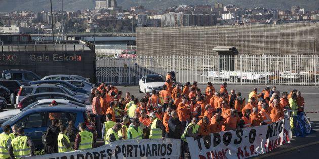 Un grupo de estibadores protesta en el Puerto de