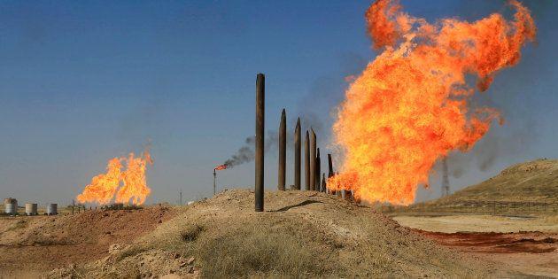 Las llamas emergen de las chimeneas en los campos de petróleo de Kirkuk, Irak, esta