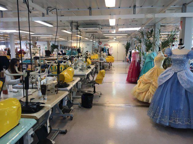Los vestidos de Bella y Cenicienta en el taller de costura de Disneyland