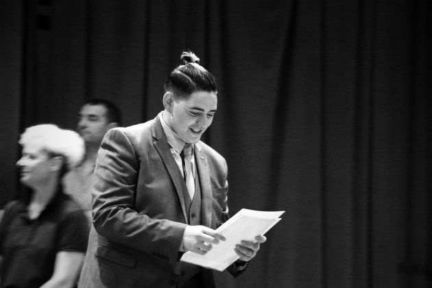 Gabriel recogiendo su diploma el día de la